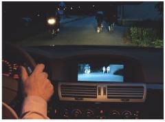 Le système de vision nocturne Night Guide de BMW permet de retranscrire une image de la route sur un écran de contrôle, via une caméra infrarouge.