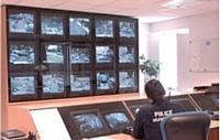 A Avignon, ce sont 64 caméras qui ont été installées. Dans ce local, un mur d'images de 15 moniteurs permet aux policiers municipaux affectés à la surveillance de visionner en direct l'ensemble des rue de la ville.