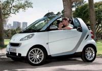 A droite, la Smart qui circulera dans le cadre du lancement du service Car2Go à Lyon, probablement en 2012.