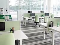 La gamme série (f) bench (Kinnarps) est composée de bureaux réglables en hauteur.