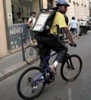 Novea mutualise les courses : ses coursiers se relaient pour acheminer les plis d'un point à l'autre des Hauts-de-Seine.