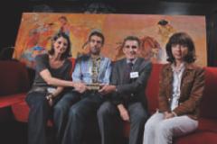 Corinne Lejbowicz (LeGuide.com, à droite) a remis le premier prix Back-offi ce et logistique à Emmanuelle Lajouanie, Olivier Sarignac et Géraud Felgines (La Poste Coliposte).