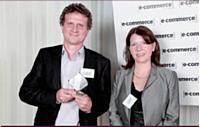Virginie Forêt (RBS WorldPay) a remis le trophée de la Personnalité e-commerce 2010 à Pierre Trémolières (Delamaison.fr).