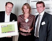 Laurent Baychelier (à droite), Atento, a remis le premier prix Back-office et logistique à Denis Payre de Kiala et Hélène Supau de Sarenza.