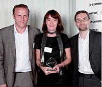 Sébastien Boitelle, Aprimo, a remis le Trophée d'or Internet mobile à Marie Content de Alptis et Frédéric Gueho de SQLI Agency.