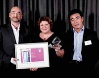 Le prix Design / ergonomie a été remis par David Kim (WorldPay), à droite, à Martine Barrachina, (Darjeeling) et Bruno Auret (Raymond Interactive).