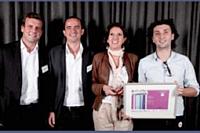 Laurent Baychelier (Atento), à gauche, a remis le prix Internet mobile à Vincent Deruelle (BleuRoy.com), Barbara Sohier (Thank You Charlie) et Vincent Pillet (HighCo).
