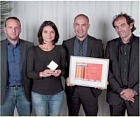 Eric Chemouny (Hybris Software), à droite, a remis le prix Internet mobile à Maxime Faure (Isobar), à Séverine Defont (Monoprix) et Laurent Nuyen (Isobar).