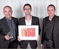 Le prix Buzz marketing a été remis par Thierry Desforges (Viavoo), à droite, à Stéphane le Flohic et Laurent Nuyen (Isobar).