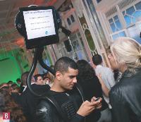 6 Dans la salle du Salon des Miroirs, des animateurs très «high tech» proposent des démonstrations aux participants.
