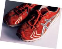 Paire de baskets avec lesquelles ce fondu de course à pied a participé au marathon de Paris.
