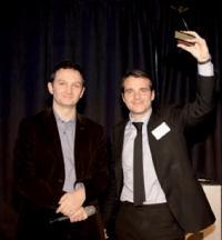 Marc Pontet (La Poste), à gauche, a remis le trophée de l'Homme Marketing Client 2009 à Frank Desvignes (BNP Paribas).