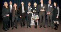 Le trio gagnant (au centre) entouré par les partenaires de la soirée et la rédaction de Marketing Direct.