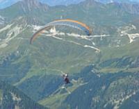 Chaque été, Pascal Allard consacre trois semaines à la pratique du parapente en montagne. Il pilote également des avions de tourisme tout au long de l'année.