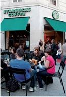 Pour renforcer sa notoriété auprès des jeunes urbains, Starbucks utilise les réseaux sociaux, type Facebook, comme outil de communication «push».