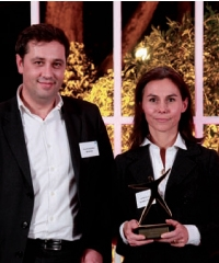 Philippe Bourriot (Mediapost) remet le trophée à Sophie Heller (ING Direct).