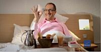 Deux spots publicitaires décalés mettent en scène le jet-setter Emmanuel de Brantes.
