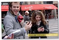 Un smartphone et beaucoup d'enthousiasme: la chasse au trésor est lancée.