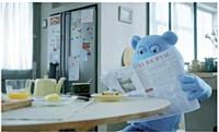 Bob, mascotte de la marque depuis plus de 40 ans, est devenue vedette de vidéo. L'ours bleu a aussi sa page Facebook.