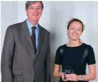 Amélie Bourgeois-Dagues a reçu son p rix des mains de Christian Devambez, p-dg d'ImpriFrance.