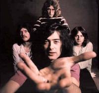 Le quadra s'évade par la musique. en écoutant ses groupes préférés, parmi lesquels figure Led Zeppelin.