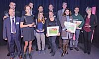 Les lauréats des Trophées Marketing Client 2012 et les partenaires de l'événement posent pour la photo souvenir.