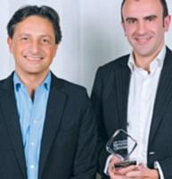 Roger Lei, directeur marketing de l'offre chez LaSer, a remis le trophée de l'Homme Marketing Client de l'année à Nicolas Le Hérissie