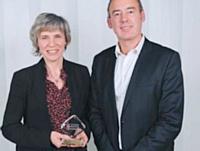 Agnès Ogier s'est vu remettre son prix par Eric Corrius, Europe general manager de Vocalcom.