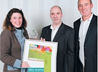 Daphné Parot (Relatia), à gauche, et Olivier Carrette (La Redoute) ont reçu le trophée des mains d'Éric Corrius (Vocalcom), à droite.