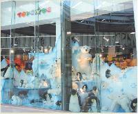 Impossible de manquer la nouvelle vitrine du magasin de Paris-La Défense longue de 15 mètres.