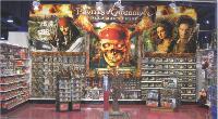 Les magasins sont répartis en différents univers: garçons, filles, jeux créatifs, etc. pour un meilleur repérage. Chaque saison, le corner placé en fac de l'entrée est modifié en fonction de l'actualité (ici Pirates des Caraïbes).