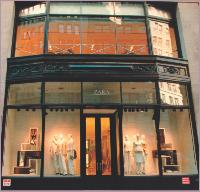 L'enseigne de mode Zara communique via ses vitrines.