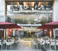 L'extérieur de la boutique des Champs-Elysées joue sur la transparence et Pespace. Avec 1 200 m2 et 4 étages, c'est la boutique Hâagen-Dazs la plus grande du monde.