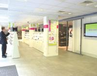 Pixmania a tenté dans ses showrooms de mixer les atouts du click et du mortar grâce au merchandising et a la technologie.