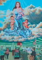 Pour symboliser la déification des célébrités, Partiste Kate Kretz a peint Angelina Jolie en Vierge Marie survolant un supermarché.