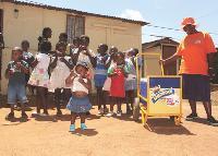 Dans les townships d'Afrique du Sud, Danone a mis en place un système d'équipe de vente locale - les Dani ladies - pour vendre ses Danimal (yaourts riches en zinc, fer et vitamine A).