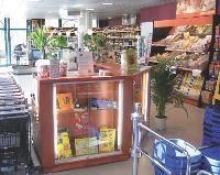 L'espace «mange debout», dans la zone du prêt-à-consommer, est l'une des propositions de U Express.