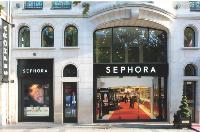 Le magasin des ChampsElysées a ouvert en 1996. Avec ses 1500 m2, c'est le flagship de l'enseigne.