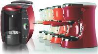 Les machines design ont permis au café d'entamer sa révolution. Ici la dernière Tassimo et la nouvelle «Guzzini Lavazza Blue».