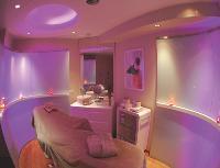 Pour séduire une nouvelle clientèle, Marionnaud propose des cabines de soins cosy pour femmes mais aussi pour hommes...