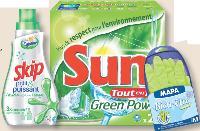 Petits et puissants comme Skip (Agence Vibrandt), verts comme Sun Power Green (dragon rouge), ou référencés hypoallergéniques pour mains sensibles comme Mapa (carré noir), les produits d'entretien affirment une identité propre.