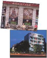 L'affichage événementiel peut habille la devanture d'une brasserie, comme Le Café de Paris, ou un échafaudage, à l'instar de celui du futur siège social européen de Loxam.