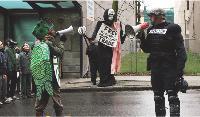 La conférence de l'OMC à Seattle en 1999, ici mise en scène dans le film Bataille à Seattle, est un symbole de la bataille menée par les ONG contre les multinationales.