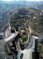 Construit au-dessus d'une gare, le centre commercial japonais namba Park offre un véritable jardin en terrasse.