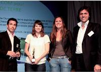 Serge Amabile (LaSer) a remis le Trophée du marketing relationnel à Eve Martin et Soraya Ould Lamara (Chewing Corn) ainsi qu'à Frédérick Bénichou (Isobar).
