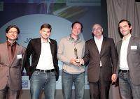 Albert Asseraf (JCDecaux) a remis le Trophée Créativité Médias à Romain Van Den Plas (McCann Paris), Olivier Philippe (MRM Worldwide), Pierre Maesen (Opel) et Pierre-Olivier Calande (MRM Worldwide).