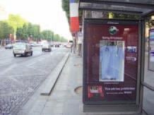 Pour le lancement du mobile Walkman W995 de Sony Ericsson, JCDecaux a associé le showcase, le showscreen et le MP3case afin de diffuser des parodies de séries, comme ici Grey's Anatomy.