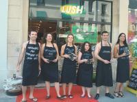 Lush a mis ses salariés à nu pour sensibiliser ses clients aux dommages que créent les emballages sur l'environnement.
