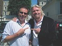 Ian Usher a mis sa vie en vente sur eBay. Depuis, il parcourt le monde afin de réaliser 100 objectifs, comme celui de rencontrer Richard Branson.