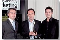 Charles-Louis Mame (Mahola) a remis le Trophée Marketing opérationnel et événementiel à Patrick Gendry et Antoine Jacquet (Vaudoo).